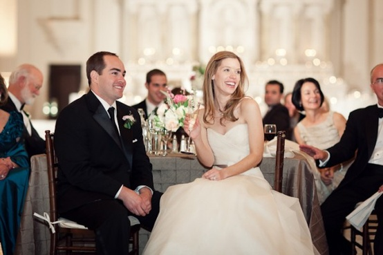 Młoda para na przyjęciu weselnym w namiocie plenerowym