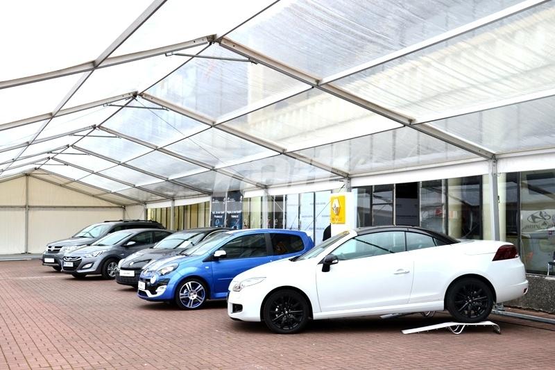 Wystawa samochodów pod transparentnymi halami namiotowymi