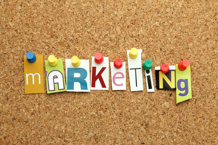 """Słowo """"marketing"""" na tablicy korkowej."""